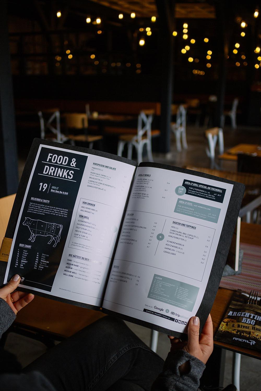 Speisen und Getränke im Restaurant